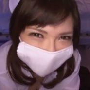 マスクをした看護婦の上目遣い