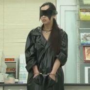 レインコートに手錠でボンデージされた女性