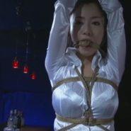 サテンシャツで縄噛ませ猿轡をされる女性