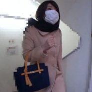 マスクをした人妻の野外変態プレイ