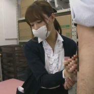 マスク姿の吉沢明歩が手コキをする画像