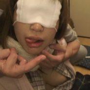 マスクを目隠し代わりにする女性