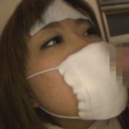 マスクをした女の口元にチンポを押し付ける