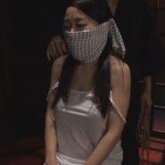 鼻被せ猿轡をされおとなしくする女性