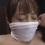 濡れタオルで鼻上被せ猿轡をされた美女・樹花凜