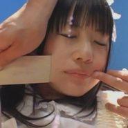 口のテープギャグを剥がされるつぼみ