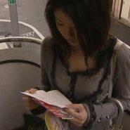 ストーカーからの手紙を読む被害者の小林美沙