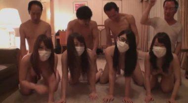 おっさんとおっぱいマスク女子大生の乱交画像