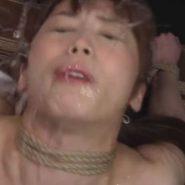 ウォーターボーディング拷問をされ水を吐き出すM女・樹花凜