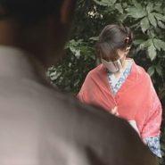 着物に肩掛けのショールとガーゼマスクをした女性