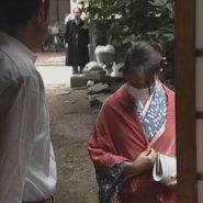 ガーゼマスクをした着物の人妻がSM小説家の家に入る場面