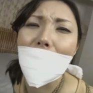 口被せ猿轡をされた美女の顔のアップ