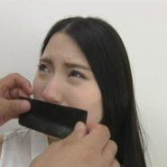 黒いガムテープで口を塞がれるテープギャグの黒髪美女