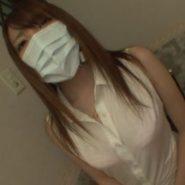 ノースリーブのシャツ姿にプリーツマスクをしたマスク美人・はるか真菜