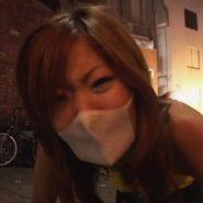 ウンチを我慢している立体マスクギャルの呼吸でマスクが膨らんだり凹んだりする。