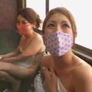 温泉で和柄の立体マスクをした湯けむり美人OL二人組
