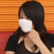 珍しい鼻あてつきのマスクをするマスク女子大生