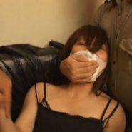 マスクの上からハンドギャグで口を塞がれる25歳のマスク美人OL