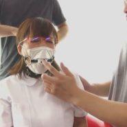 監禁しているメガネの巨乳歯科助手に穴を開けたマスクの上からボールギャグの口枷をして猿轡をする誘拐犯達