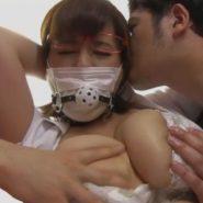 マスクの上から猿轡をされる爆乳歯科助手を拘束・監禁調教!