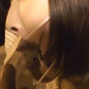 小倉ゆずがボールギャグをつけマスクをして野外で変態ドM痴女のお散歩プレイ