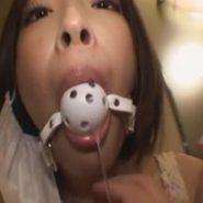 ボールギャグ・猿轡された口から垂れる涎と唾液