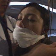 声を出せないよう口に詰め物をされその上から包帯を巻かれ猿轡をされる美人女医