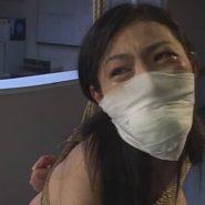 猿轡をされ厳しい調教に涙を流し許しを懇願する緊縛されたインテリ女医