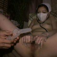 裸にナースキャップと立体マスクの恥ずかしい格好でクスコを挿入され強制オマンコクパァされる看護婦