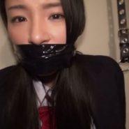 ボンデージテープで口を塞がれ猿轡をされる監禁された女子高生・瀧川花音