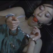 満喫の個室で寝てる間に手錠と口枷で拘束された美人女子