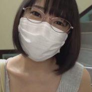 メガネをかけたショートボブとマスクをした人妻