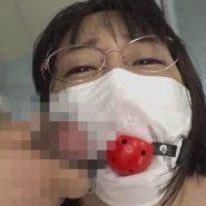 マスクの上から口にボールギャグを嵌められた人妻の顔にブッカケ!