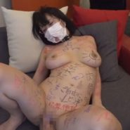 唾液と精子が染み込んだ臭いマスクを着けられ隠語落書きで陵辱される人妻