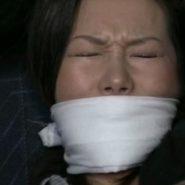 誘拐された人妻が猿轡をされもがく表情