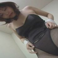 バニーガールのコスプレ!網タイツの上から透け透けのパンティを履く