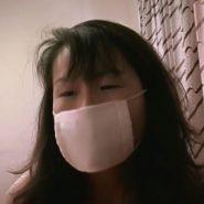 ガーゼマスクを着用した人妻の顔アップのシーン