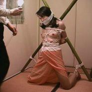 被せ猿轡をされ竹竿に縛りつけられ拘束された調教願望の素人人妻