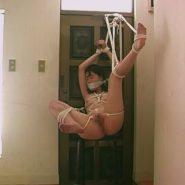 猿轡をされ玄関に縛って吊るされる性奴隷調教された人妻