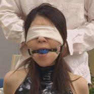 目隠しとボールギャグで拘束されるレズビアンカップルの女