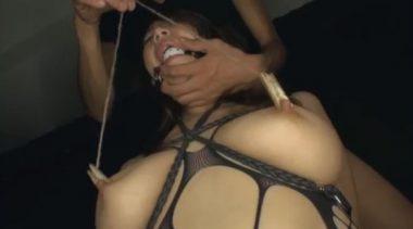 洗濯バサミで乳首を挟まれ巨乳を弄ばれる篠田あゆみ