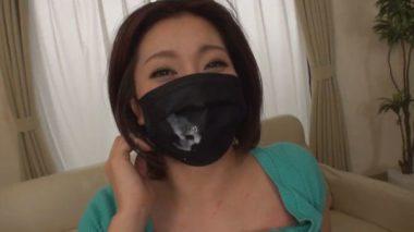 精子のついた黒マスクをしたむっちり巨乳な人妻の笑顔