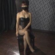 黒マスクを着用しボンデージと網タイツを着たSMの女王様