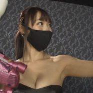 黒マスクの女王様がスクイーズマシンを持っているシーン
