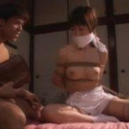 猿轡をされ緊縛放置されたマゾ嫁と見知らぬ男
