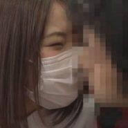 目の細いマスク美人な歯科助手とマスク越しにキスをする童貞な草食系男子