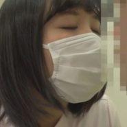 童貞測色男子と爆乳の歯科助手がマスク越しにキスをするシーン