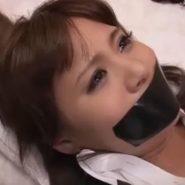 黒いガムテープで猿轡された目の大きな美女・川瀬遥菜
