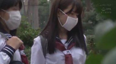 新品のガーゼマスクを着用したセーラー服の女子校生