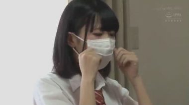 新しいマスクを着ける制服女子校生
